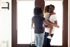 Lycklig afrikansk amerikanfader som går tillbaka efter lång affärstur royaltyfri bild