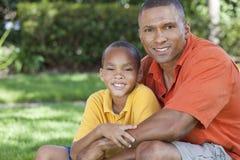 Lycklig afrikansk amerikanfader & Sonfamilj Royaltyfri Fotografi