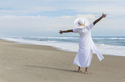 Lycklig afrikansk amerikankvinnadans på strand Arkivbild