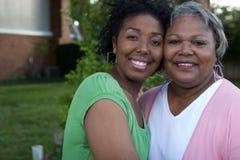 Lycklig afrikansk amerikanmoder och hennes daugher royaltyfri bild