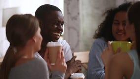 Lycklig afrikansk grabb som har gyckel som skrattar samtal till blandras- vänner lager videofilmer