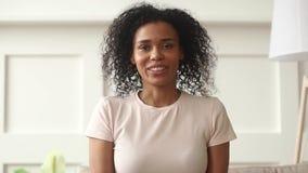 Lycklig afrikansk kvinna som gör video pratstund som kallar att se kameran stock video