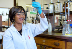 Lycklig afrikansk kvinnlig forskare med glass utrustning royaltyfria bilder