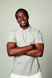 Lycklig afrikansk man med armar vikt anseende Royaltyfria Foton