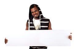 Lycklig afrikansk man som rymmer det tomma räkningbrädet Royaltyfria Bilder
