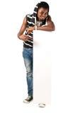 Lycklig afrikansk man som rymmer det tomma räkningbrädet Royaltyfri Bild