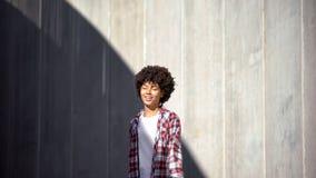 Lycklig afro--amerikan kvinna som jublar den nya dagen och tillfällen, stängda ögon royaltyfria bilder