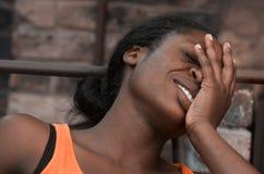Lycklig afro flicka och hennes sinnesrörelser på framsida royaltyfri foto