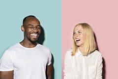 Lycklig afro man och kvinna Dynamisk bild av den caucasian kvinnlign och afro manlig modell på rosa studio arkivfoton