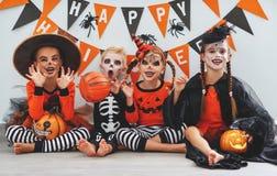 Lycklig allhelgonaafton! en grupp av barn i dräkter och med pumpor arkivfoton