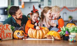 Lycklig allhelgonaafton! familjmoderfader och barnsnittpumpa f arkivfoton