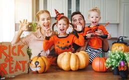 Lycklig allhelgonaafton! familjmoderfader och barnsnittpumpa f arkivbild