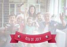 Lycklig amerikansk familj på en soffa för 4th juli Royaltyfria Foton