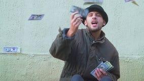 Lycklig amerikansk hemlös med stora pengar stock video