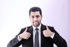 Lycklig arabisk affärsman med tummen upp arkivfoton