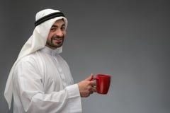 Lycklig arabisk man som har kaffeavbrottet Arkivbild