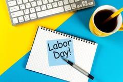 Lycklig arbets- dag - meddelande på bakgrund för arbetsställe Labour dag som firas på Maj 1 Fjädra den tid… ron lämnar, naturlig  Royaltyfri Bild