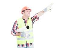 Lycklig arkitekt med rullande byggnadsplan Arkivbilder