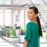Lycklig asiatisk affärskvinna på kontoret Arkivbild