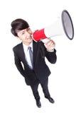 Lycklig asiatisk affärsman som använder megafonen Arkivfoton