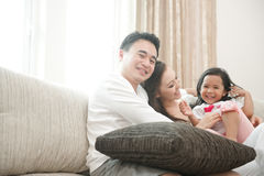 Lycklig asiatisk familj royaltyfria bilder