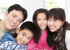 Lycklig asiatisk familj royaltyfri bild