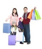 Lycklig asiatisk familj med shoppingpåsen Royaltyfri Foto
