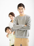 Lycklig asiatisk familj som tillsammans står Arkivfoto