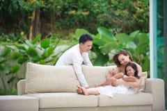 Lycklig asiatisk familj tillsammans Arkivfoton