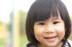 lycklig asiatisk flicka little leende Arkivbild
