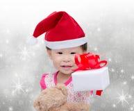 Lycklig asiatisk flicka med julhatten Arkivfoton