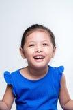 Lycklig asiatisk flickaheadshot i vit bakgrund Fotografering för Bildbyråer