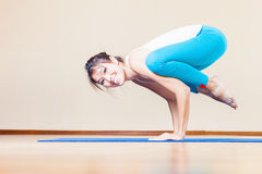 Lycklig asiatisk kvinna som inomhus hemma gör övning av yoga Royaltyfria Foton