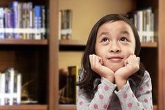 Lycklig asiatisk liten flicka med roligt uttryck arkivfoto