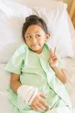 Lycklig asiatisk liten flickasjukhuspatient Arkivfoto