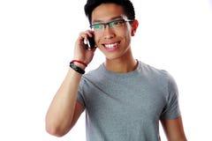 Lycklig asiatisk man som talar på telefonen Arkivbild