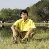 Asiatisk medelålders man i parkera Fotografering för Bildbyråer