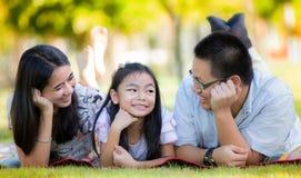 Lycklig asiatisk moder, fader och dotter Arkivbilder
