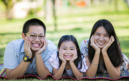 Lycklig asiatisk moder, fader och dotter Arkivfoton