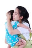 Lycklig asiatisk moder som bär hennes dotter Isolerat på vitbaksida Fotografering för Bildbyråer