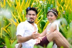Lycklig asiatisk parlek samman med bubblaträdgård Arkivfoto