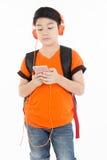 Lycklig asiatisk pojke som använder mobiltelefonen Arkivbilder