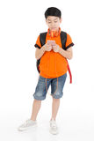 Lycklig asiatisk pojke som använder mobiltelefonen Arkivbild