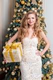 Lycklig ask för kvinnaöppningsgåva Lyxig blondin med julgåvan Berömtema för glad jul och för lyckligt nytt år Ung surpr arkivfoton