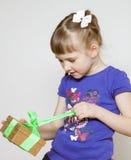 Lycklig ask för liten flickaöppningsgåva royaltyfria bilder
