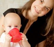 Lycklig-att se behandla som ett barn att dricka Royaltyfri Foto