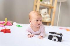 Lycklig-att se behandla som ett barn att posera för kamera Royaltyfria Bilder