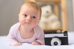 Lycklig-att se behandla som ett barn att posera för kamera Arkivfoto