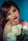 Lycklig attraktiv kvinna med buketten av vita rosor royaltyfria foton