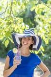 Lycklig attraktiv kvinna på en sommarsemester Arkivfoton